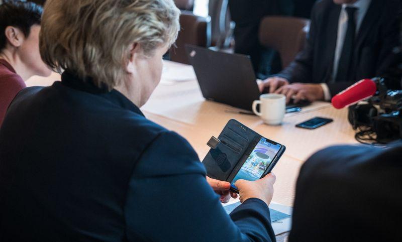"""Премьер-министра Норвегии """"поймали"""" за игрой в Pokemon GO"""